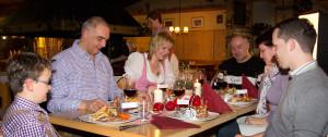 Langlaufstüberl Steakabend hocherfreute Familie